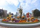 東京ディズニーランド、シンデレラ城前のプラザのデコレーション(9月10日〜10月31日)(C)Disney