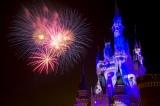 両パークの夜空を花火が色鮮やかに彩る「ナイトハイ・ハロウィーン」(C)Disney