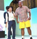 一般客を相手にプレイしたアントニー(右)=『東京おもちゃショー』のタカラトミーブースのイベント『タカラトミーのイチオシおもちゃ紹介』ステージ (C)ORICON NewS inc.
