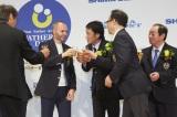 『2019年度 第13回ベスト・ファーザー賞in関西』を受賞したシャンプーハットのこいでとアンドレス・イニエスタ選手