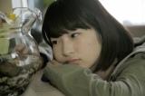 映画『イソップの思うツボ』よりヒロイン役の石川瑠華がカメを見つめる場面写真が解禁に(C)埼玉県/SKIPシティ彩の国ビジュアルプラザ