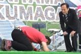 上田知事(右)に土下座で謝罪したはなわ(左)=『ラグビーワールドカップ 2019』開催100日前イベント (C)ORICON NewS inc.