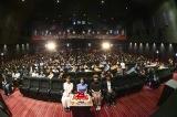 ケーキ、観客と一緒に記念撮影(写真左から三原勇希、miwa、eji氏、加藤亮氏) 撮影:佐藤薫