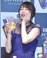 ウイスキーを飲んで幸せな表情を見せる宇垣美里=『ブラックニッカ 3 スタイルズバー』PR発表会 (C)ORICON NewS inc.