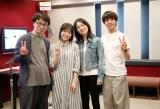 劇中歌にボーカルとして参加する三浦透子がアフレコ現場に表敬訪問(左から)新海誠監督、森七菜、三浦、醍醐虎汰朗