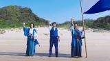 (左から)おそろいの白×青スタイルで「生きてるーっ!」と叫ぶ稲垣吾郎と高橋由伸氏と香取慎吾