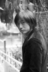 八代亜紀の新曲「Hand in Hand〜つなぐ想い〜」作・編曲を担当した小林武史氏