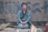 崩れかけた寄席で落語を披露する孝蔵(森山未來)(C)NHK