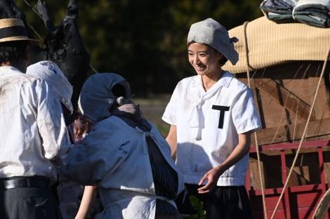 大河ドラマ『いだてん〜東京オリムピック噺(ばなし)〜』第24回(6月23日放送)より。富江(黒島結菜)ら女学生が傷ついた人々の救済にも尽力(C)NHK