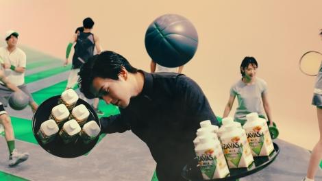 軽やかにボールを避ける新田真剣佑