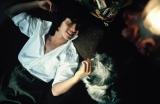 写真家・中村昇氏宅で撮影されたプライベートショット。犬を優しくなでる秀樹。=写真集『西城秀樹 HIDEKI FOREVER blue』より (C)中村昇