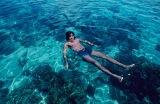 サンタロサ(フィリピン・セブ島近く)の透明な海に遊ぶ秀樹、21歳の夏。1976年、雑誌『セブンティーン』33号の撮影で5日間滞在 =写真集『西城秀樹 HIDEKI FOREVER blue』より (C)中村昇