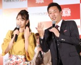 結婚会見の寸劇を始めた(左から)永尾まりや、赤星憲広 (C)ORICON NewS inc.