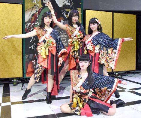 デビュー曲の振り付けを披露する小野小町 =都内で行われたデビューコンベンションに登場 (C)ORICON NewS inc.