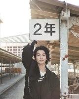 地元仙台の母校でリラックスした表情も=渡邊圭祐1st写真集『その節は。』(東京ニュース通信社)