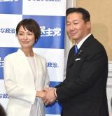 福山幹事長と握手する市井紗耶香氏(C)ORICON NewS inc.