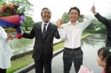 6月26日放送、『特捜9 season2』最終回をもって卒業する寺尾聰(左)。クランクアップを見届けた井ノ原快彦(右)(C)テレビ朝日