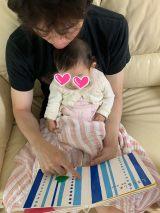 小林よしひさと愛娘のほっこり絵本ショット (写真は公式ブログより)