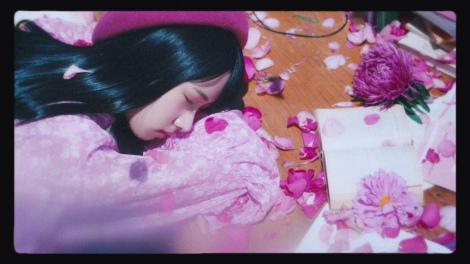 上村ひなの=日向坂46 2ndシングル「ドレミソラシド」収録曲「やさしさが邪魔をする」MVより