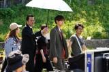 映画『午前0時、キスしに来てよ』より片寄涼太のマネージャー役を務める遠藤憲一(左)(C)2019映画『午前0時、キスしに来てよ』製作委員会