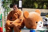 映画『午前0時、キスしに来てよ』よりクマの着ぐるみを身にまとう遠藤憲一(左)(C)2019映画『午前0時、キスしに来てよ』製作委員会