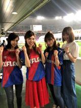 橘ゆりか(左から2番目)らサッカー女子の応援歌動画が話題