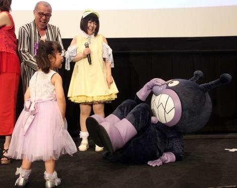 映画『それいけ!アンパンマン きらめけ!アイスの国のバニラ姫』公開記念舞台あいさつで少女からのキスでKOされたばいきんまん (C)ORICON NewS inc.