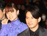 映画『ザ・ファブル』公開記念舞台あいさつに出席した山本美月(左)と岡田准一 (C)ORICON NewS inc.