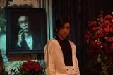 蜷川幸雄さんが肖像で出演している場面カット(C)2019 「Diner ダイナー」製作委員会