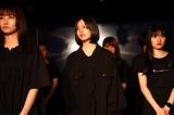 舞台『スマホドラマ劇場版「あなたがいなくて僕たちは」』のフォトコール(左から)福島雪菜、湯川玲菜、 仲美海