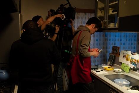 佐藤隆太がキャラ弁作りに挑むメイキング写真(C)2019 「今日も嫌がらせ弁当」製作委員会
