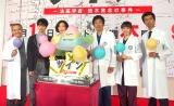 高杉真宙(左から2番目)の誕生日を祝福する共演者たち(左から)西田敏行、松雪泰子、大森南朋、飯豊まりえ、仲村トオル (C)ORICON NewS inc.