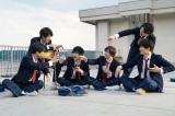 SixTONES、新CMで黒髪&制服姿披露