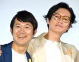 映画『こはく』の公開初日舞台あいさつに参加した(左から)アキラ100%こと大橋彰、井浦新 (C)ORICON NewS inc.