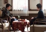 二階堂トクヨ(寺島しのぶ)に当時人気のお菓子「シベリア」をすすめられる(C)NHK