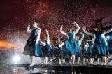 水たまりを蹴り上げる演出でもメンバーはずぶ濡れ Photo by 上山陽介