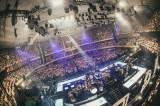 360度ファンに囲まれたステージ=Official髭男dism初の日本武道館公演 Photo by TAKAHIRO TAKINAMI