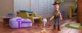 『トイ・ストーリー4』より。ボニーの部屋で、フォーキーをみんなに紹介するウッディ(C)2019 Disney/Pixar. All Rights Reserved.