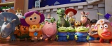『トイ・ストーリー4』より。フォーキーを迎えるおもちゃたち(C)2019 Disney/Pixar. All Rights Reserved.