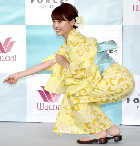 サムネイル 金魚すくいの様子をエアで再現する新井恵理那 (C)ORICON NewS inc.
