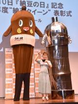 『2019年度納豆クイーン』表彰式に出席した(左から)ねば〜るくん、村上佳菜子、メカねば〜るくん (C)ORICON NewS inc.