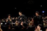 観客と共に客席で作品を鑑賞した(左から)石崎ひゅーい、菅田将暉、山田健人氏  撮影/上飯坂一
