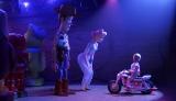デューク・カブーンにビー・ポップがウッディを紹介するシーン(C)2019 Disney/Pixar. All Rights Reserved.