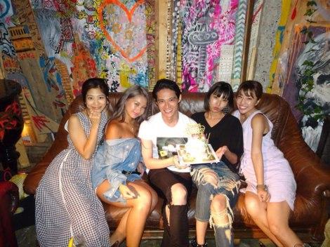 久保裕丈(中央)の誕生日をお祝いした(左から)柏原歩、木村有希、古賀あかね、橋本真依 (写真はブログより)