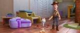 ディズニー/ピクサー映画『トイ・ストーリー4』フォキーをみんなに紹介するウッディ(C)2019 Disney/Pixar. All Rights Reserved.