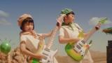 グリーンダカラちゃんとムギちゃんがギターを持ち演奏を披露