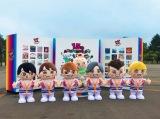 関ジャニ∞の全国5大ドームツアー「十五祭」がスタート=札幌ドーム場外に並べられた「GR8EST BOY」(左から)横山裕、丸山隆平、大倉忠義、錦戸亮、安田章大、村上信五 (後方中央)GR8EST BABY