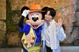 ディズニー公式クイズ番組『Disney イッツ・ア・クイズワールド』第8話でミッキーと対面した中島健人(Sexy Zone) (C)Disney