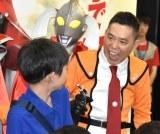 会場に来た子どもにいたずらする太田光=『ウルトラマンフェスティバル2019』特別内覧会 (C)ORICON NewS inc.