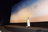 抱き合ってお互いを称え合った新海誠監督とRADWIMPS野田洋次郎